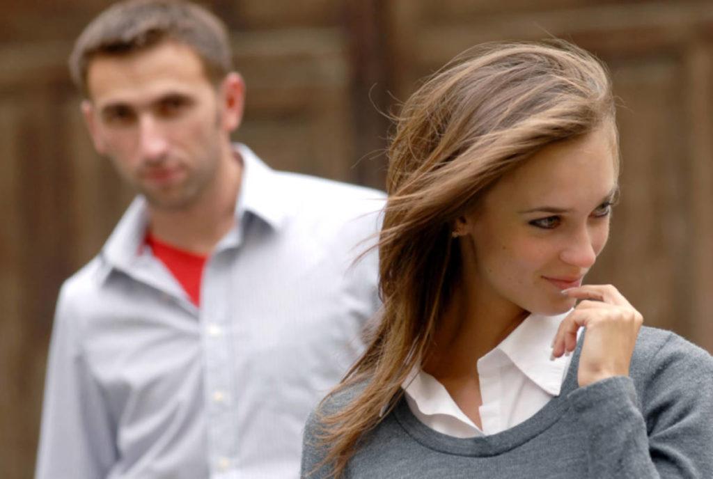 4 признака, что мужчины тебя просто не замечают